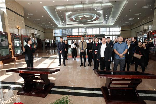 """省法院第47次""""公众开放日"""":哈尔滨华南城员工受邀走进法院 共话营商法治环境"""